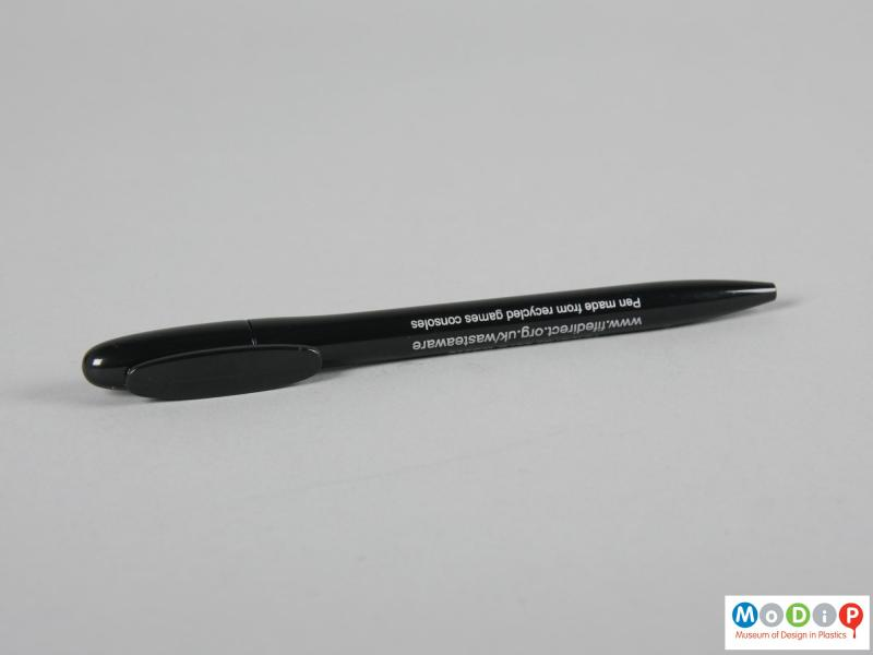 Side view of a pen showing the printed inscription.