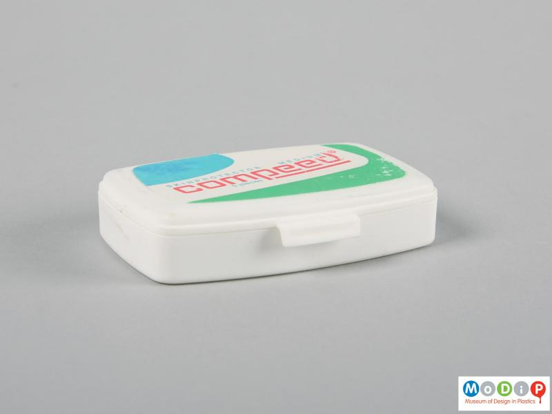 Front view of a Compeed box showing the opening tab.