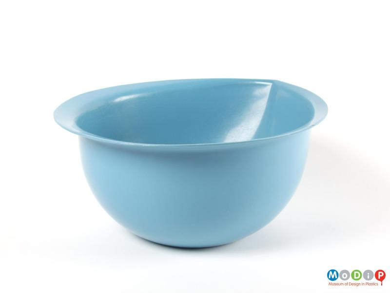 Side view of a mixing bowl showing the rim.