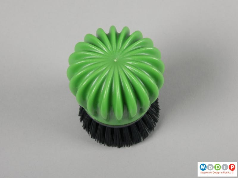 Top view of a washing up brush showing the injection gate in the centre of the handle.