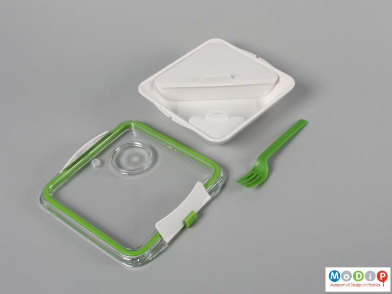 Top view of a lunch box showing the innersurfaces.