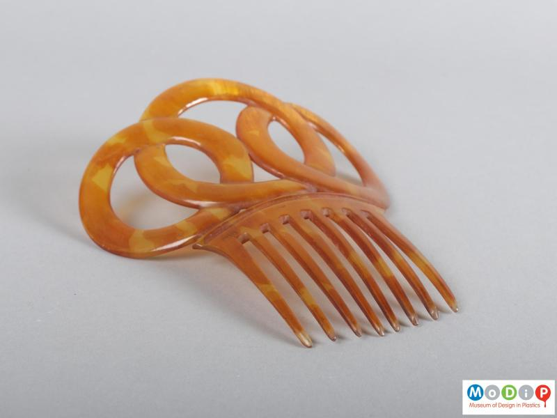 Side view of a comb showing the teeth.