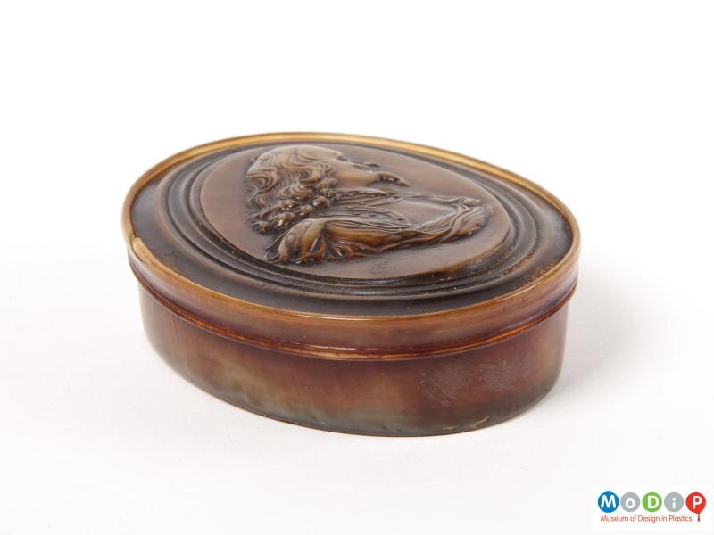 Side view of a snuff box showing the straight sides.