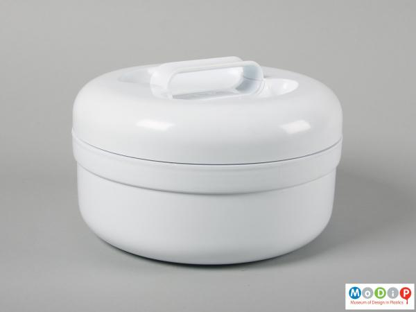 Side view of a lunch box showing the large handle in the lid.