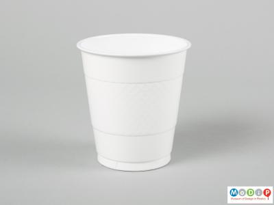 Side view of a pack of cups showing a single cup.