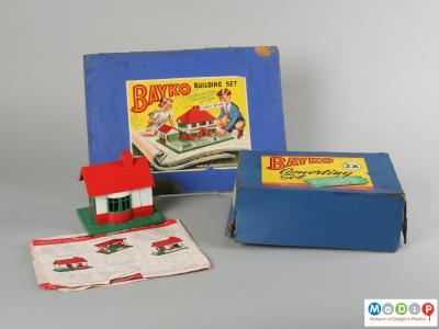Side view of a building set showing the packaging.
