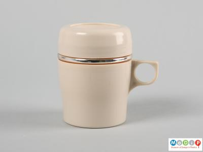 Side view of a mug showing the lid in place.